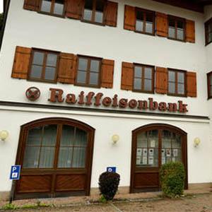 La banque allemande Raiffeisenbank est la première en Europe à taxer les dépôts des particuliers.